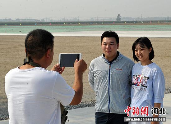 许多人专程来到这里拍照留念。 韩冰 摄