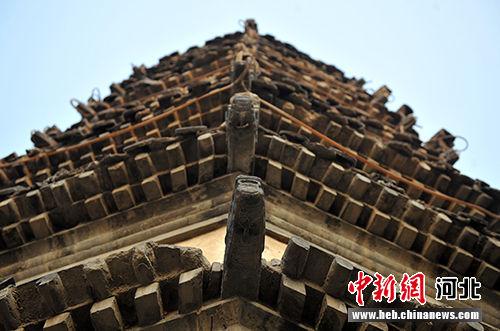 塔檐各角均伸出青砖雕刻成的龙头。 韩冰 摄