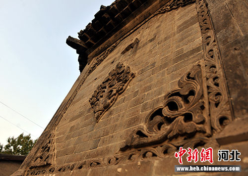 塔身底座和第一层均饰有精美的砖雕。 韩冰 摄
