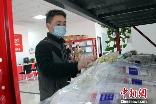 入驻商户正在整理货品,准备营业。 于俊亮 摄