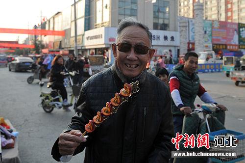 开开心心吃糖墩儿。 韩冰 摄