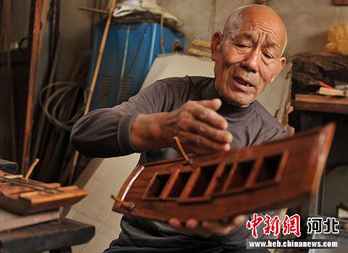 姜琳祥讲解造船绝活。 韩冰 摄
