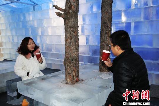 图为游客在冰吧喝热饮,体验冰火两重天的奇妙感觉。 韩志坤 摄