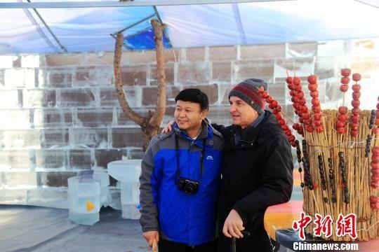 图为游客在冰吧内拍照留念。 韩志坤 摄