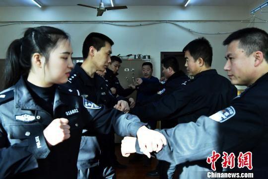 图为乘警们在石家绵张拳传承人石建义指导下训练格斗技艺。 翟羽佳 摄