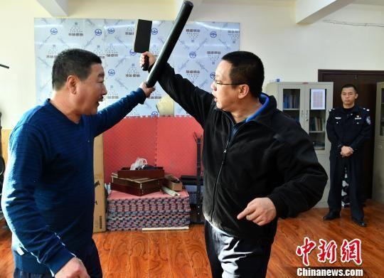 图为石家绵张拳传承人石建义(左)示范格斗技艺。 翟羽佳 摄
