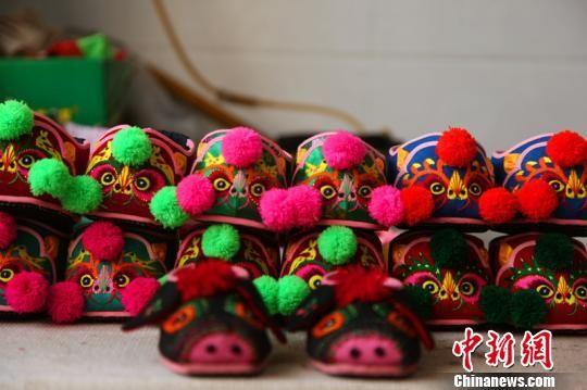 各式各样的小孩手工鞋。 李院红 摄