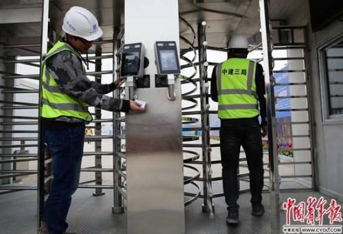 """4月3日,雄安市民服务中心建设工地,施工人员刷卡或""""刷脸""""进出。中国青年报・中青在线记者 陈剑/摄"""