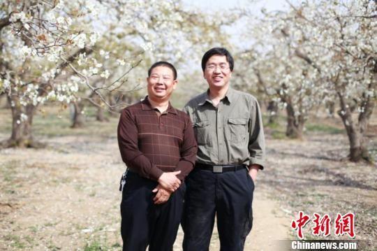 吕建江(左)和其工作的继任者王永辉(右)。河北警方供图