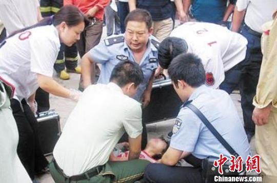 吕建江(中)生前参与抢救煤气中毒的市民。河北警方供图