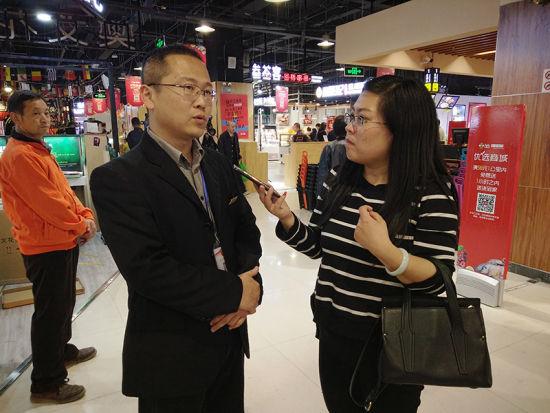 记者采访365生活超市直营运营总监刘瑞磊。 张晓峰 摄