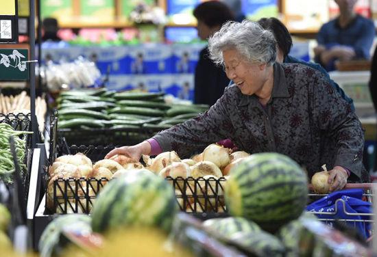 市民在365生活超市购买蔬菜。 张晓峰 摄