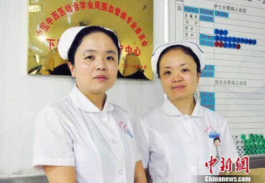 姐姐徐慧(右)和双胞胎妹妹徐颖(左)。 刘丽娟 摄