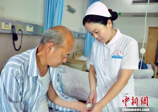 徐颖在给患者打点滴。 刘丽娟 摄
