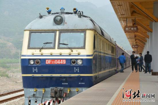 """5月15日,""""秦旅山海号""""旅游小火车开始试运行。图为旅游小火车。记者杨琦摄"""