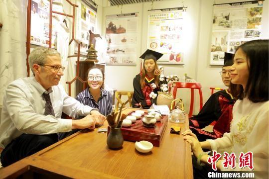 图为马斯金教授体验茶文化,所用茶具为环境艺术设计专业毕业生黄玲毕业设计作品。 付盛通 摄