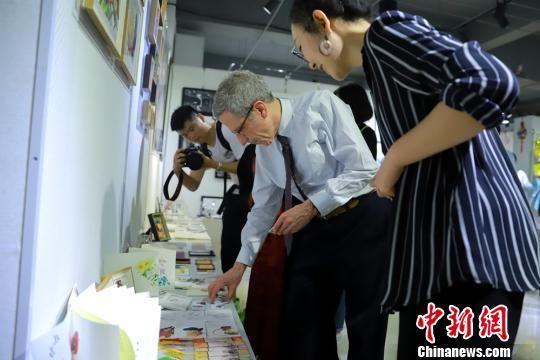 图为马斯金教授参观学生毕业设计展。 付盛通 摄