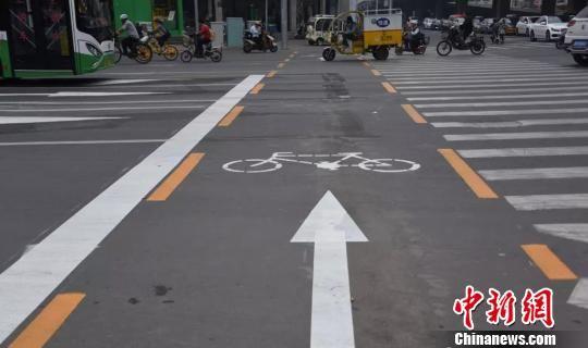 图为石家庄增添的一道标有自行车通行的专用通道。 警方供图