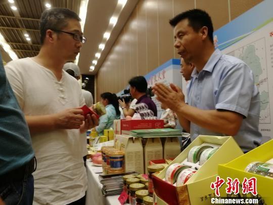 与会人员参观承德市农业龙头企业及农产品展览 张桂芹 摄