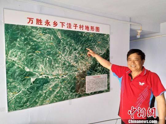 庞凤祥在下洼子村地图前讲解自己的扶贫规划 王天译 摄