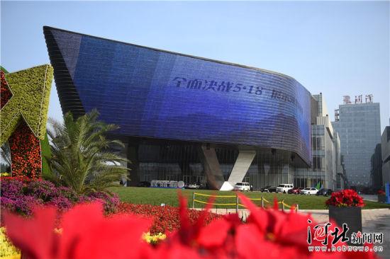5月18日,2018中国•廊坊国际经济贸易洽谈会开幕式将在润泽国际信息港举行。目前,各项布展工作在有序进行。记者赵永辉、张昊摄
