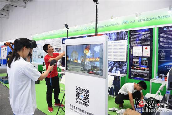 5月16日,廊坊润泽国际信息港,河北盛世博业科技有限公司工作人员在布展。