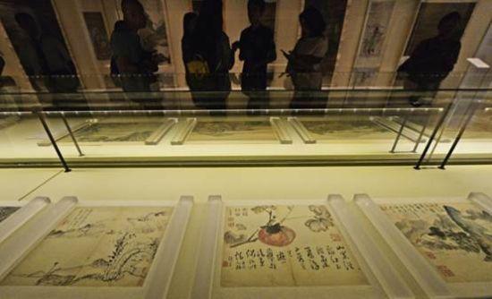 5月16日,《清代中期绘画特展》在天津博物馆开展,这是观众在特展上参观。 新华社发(史淞予摄)