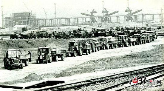 1978年拍摄的秦皇岛煤码头一期工程的建设施工现场。 资料片