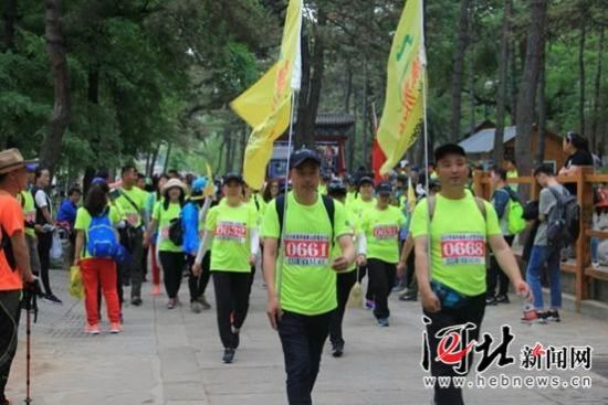 6月3日,2018首届环避暑山庄徒步大会在承德市避暑山庄景区成功举办。图为京津冀徒步爱好者穿行在避暑山庄内。