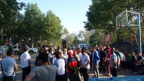 哈尔滨市村民来到填埋场附近反映问题。 图片来源:生态环境部网站