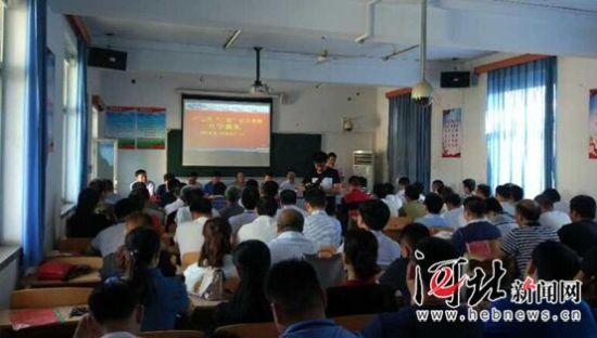 """6月12日,广宗县""""三农""""安全学校揭牌成立。图为首批培训对象在听课。 张万杰摄"""
