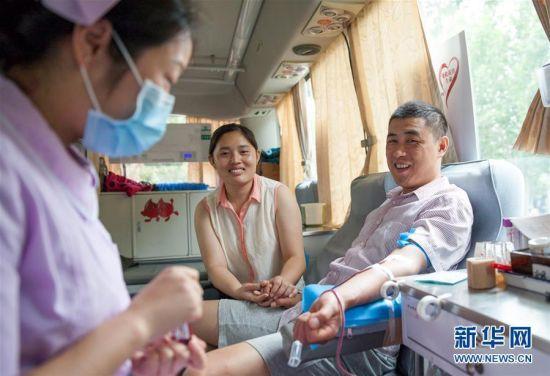 6月14日,市民在山东省高青县高城镇一流动献血点参加无偿献血。当日是世界献血者日,众多市民积极参与到无偿献血公益行动中来,奉献自己的爱心。新华社发(张维堂 摄)
