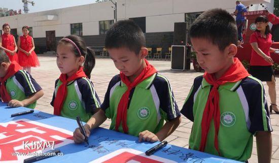 保定唐县第三小学的学生在警示标语上签名 记者 张欣 摄