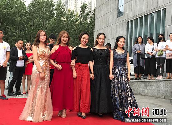 图为河北师大毕业生合影。 韩月 摄