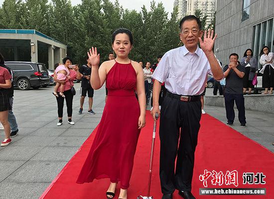 毕业生带着爷爷一起走红毯。 韩月 摄