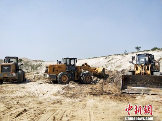 大沙河新乐段正在清理生活垃圾与工业废渣。 李洋 摄