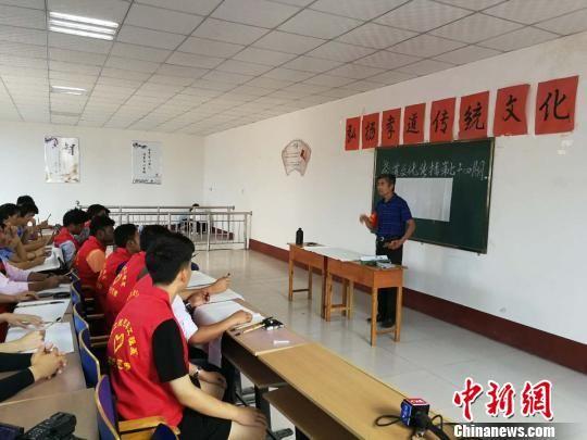 留学生和大学生志愿者学习毛笔书法。 李晓伟 摄