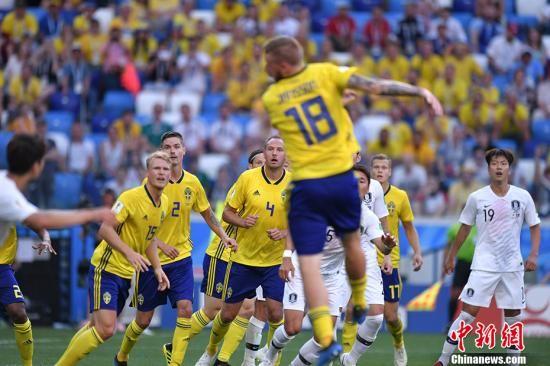 北京时间6月18日晚,2018俄罗斯世界杯F组首轮韩国队与瑞典队的较量在下诺夫哥罗德打响。凭借裁判通过VAR技术判罚的点球,瑞典队1-0击败韩国,全取三分。 中新社记者 田博川 摄