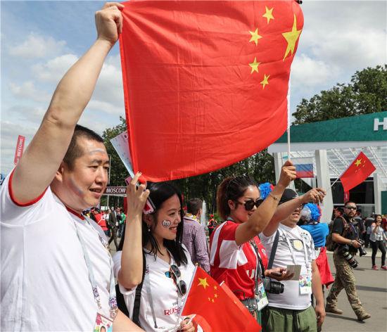 6月14日,来自中国的球迷在球场外合影。当日,2018年俄罗斯世界杯足球赛在莫斯科卢日尼基球场拉开战幕,来自世界各地的球迷欢聚一堂,亲身体验世界杯的激情。新华社记者杨磊摄