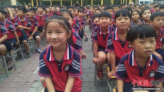 雄县黄湾小学的学生认真观看演出。 雄县宣传部供图