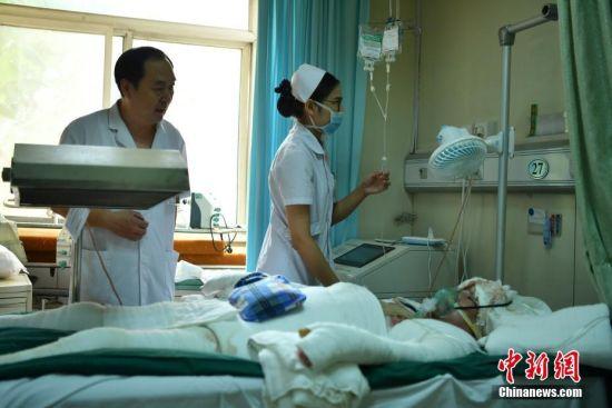 """7月6日,最新开户送体验金大全石家庄市第一医院烧伤外科病房,医生正在询问检查琳琳父亲的伤势。据了解,琳琳的父亲在工作时不小心掉入高温池,造成全身99%烫伤,琳琳决定""""献皮救父""""。4日,经过6个小时手术,医生从琳琳双腿上顺利取出全身体表面积16%—18%的皮肤,移植到其父的腰背部及四肢。中新社记者 翟羽佳 摄"""