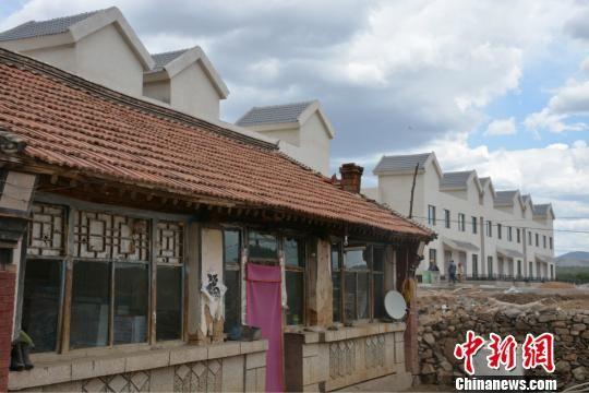 图为茶盐古镇新民居与之前村民居住的旧民居对比。 张帆 摄