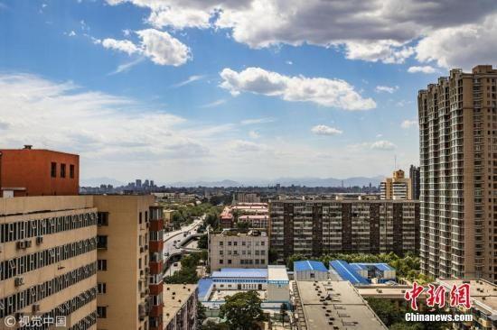 资料图:北京天气晴朗,大朵白云犹如坝上草原风光。许建萍 摄 图片来源:视觉中国