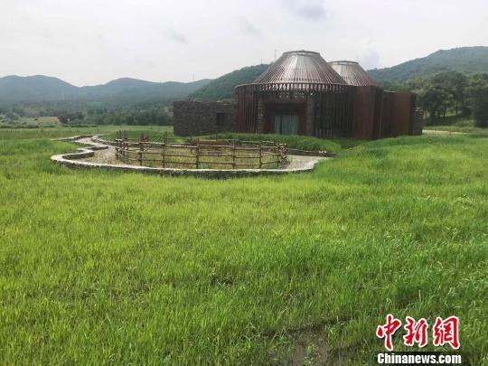 在围场县哈里哈乡八十三号村边,有一所极具蒙古包特色的现代化的美丽的房子。 张帆 摄