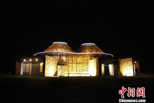 图为能望见星空的图书馆夜景。 围场县委宣传部提供