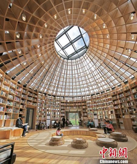 图为能望见星空的图书馆内部。 围场县委宣传部提供