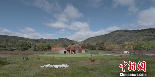图为该座房子完美的融合到了草原的景色当中。 围场县委宣传部提供