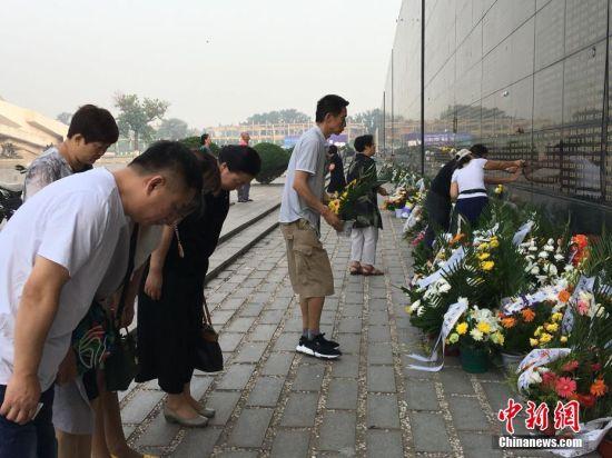 在唐山人的日历中,7月28日是一个特殊的日子。位于河北省唐山市的唐山地震遗址纪念公园内,500米长的黑色大理石纪念墙下已摆满鲜花和挽联。唐山大地震罹难者纪念墙建成整10年,已有超过500多万人次来此祭奠、参观。中新网记者在此间见证了一年又一年,纪念墙前洒不尽的泪水,说不完的悲伤……文/白云水 胡向明 图/白云水