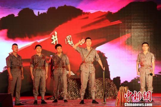驻涿某部队官兵表演军营话剧《特殊党日》。 赵庆斌 摄