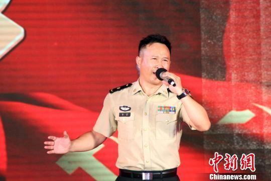 军旅歌手金波在倾情演唱《班长的红玫瑰》。 赵庆斌 摄